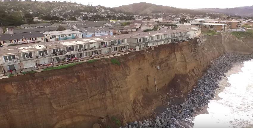 El precipicio creado por la fuerza de las olas en Pacifica (California)