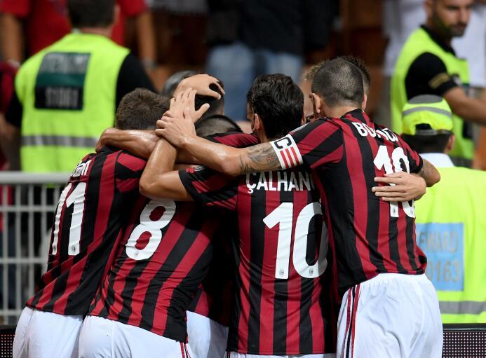 4. A.C. Milan (Italia): el club 'rossoneri' rompió el mercado it...