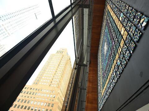 El mural de 40 de ancho por 40 de alto se compone de 35,000 cuentas hech...
