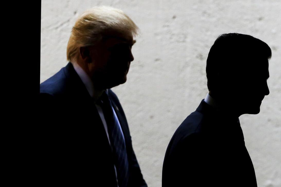 31 de agosto de 2016. Las siluetas de Donald Trump y Enrique Peña Nieto...