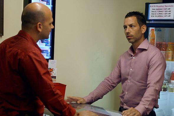 Allí conoció a Aaron Justis, el presidente de la cooperativa Buds & Rose...