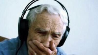 Fred Stobaugh al escuchar su carta en una canción. (Fotografía tomada de...
