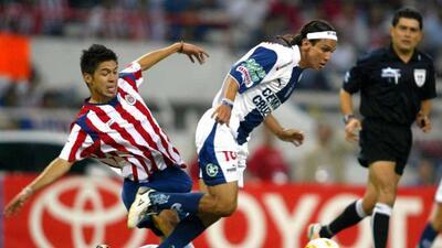 Oribe, a la izquierda, durante su breve paso por las Chivas al reforzarl...