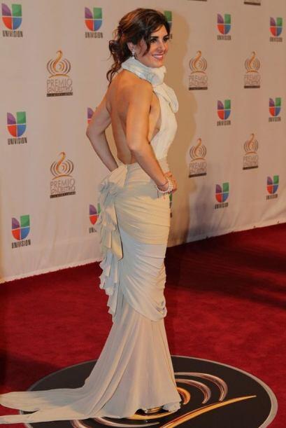 La actriz Mayrin Villanueva se inclinó por un exquisito vestido con cort...