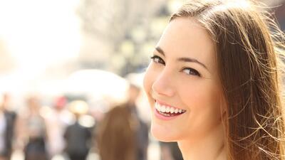 Mujer sonriendo dientes blancos