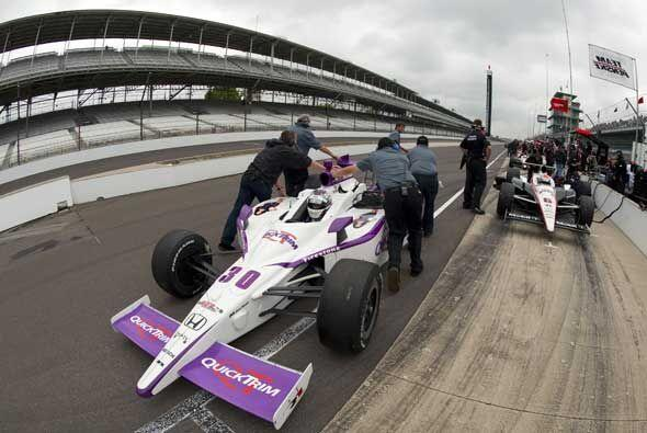 El equipo Rahal Letterman Racing Dallara Honda trabajó horas extras para...