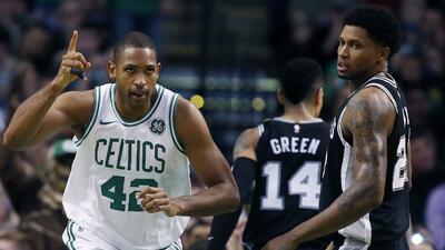 El dominicano al Horford, de los Celtics de Boston, feteja junto a Rudy...