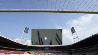 Estadio del Werder Bremen y sobreimpuesta la imagen del OVNI que lo sobr...