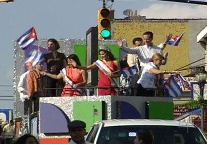 El carro alegórico tenía el logo de Univision y una enorme bandera cubana.