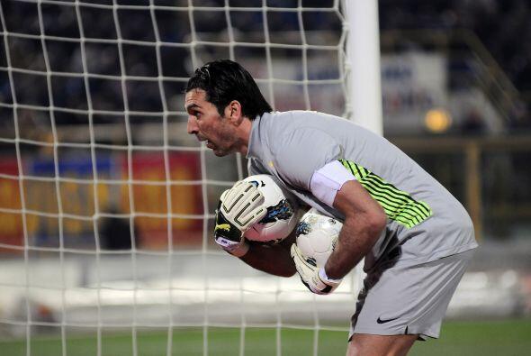 Mientras tanto Buffon agarraba todo lo que le llegaba.