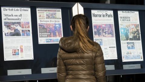 Una mujer en Washington DC, miraba las portadas de varios medios estadou...
