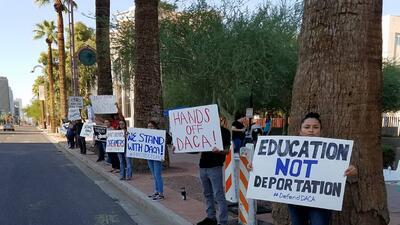 Con carteles decenas de dreamers se plantaron frente a las oficinas de I...