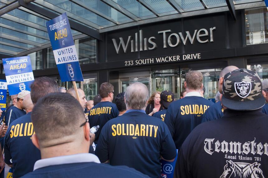 Trabajadores de United Airlines protestaron a las afueras del Willis Tower.