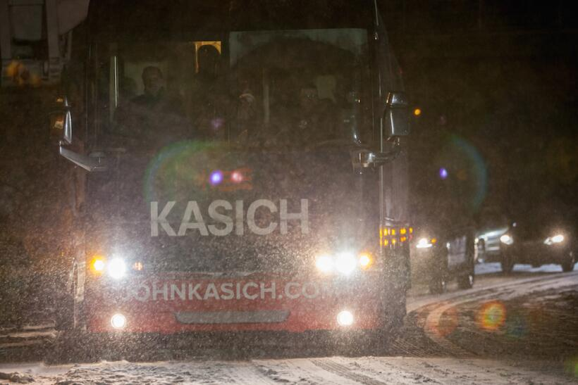 ¿Por quién vota la nieve en las primarias de New Hampshire? kasich-bus.jpg