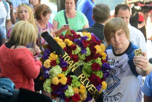 La gente llegó a colocar muchos adornos florales.