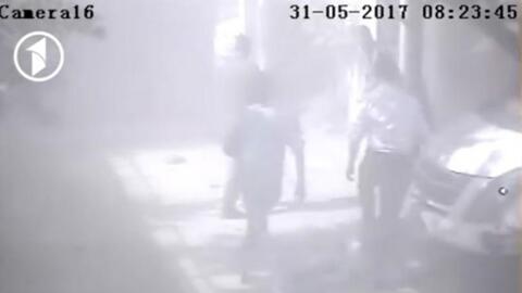 Una cámara de seguridad captó el momento de la explosión en Kabul que de...