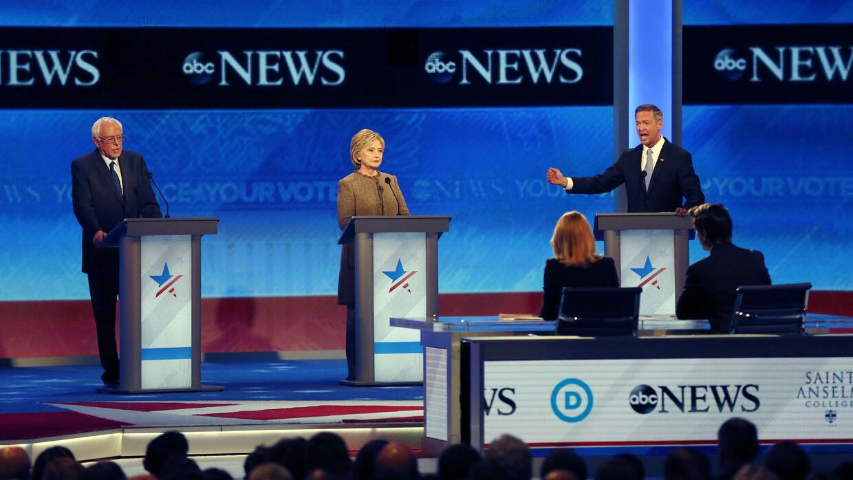 Martin O'Malley, derecha, habla junto a Bernie Sanders, izquierda, y Hil...