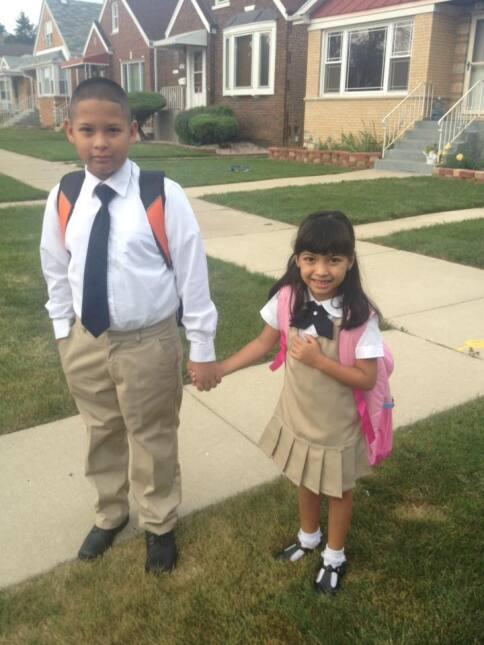 Miles de niños regresaron a la escuela este martes y orgullosos padres c...