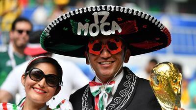 Entre el carnaval y los mariachis, el duelo de hinchas de Brasil y México en el Mundial