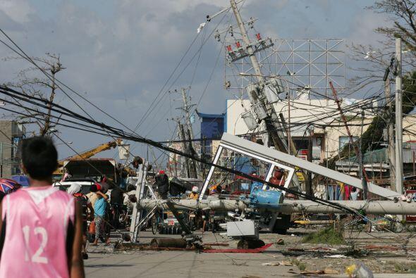 Casas destruidas, postes eléctricos arrancados, vehículos...