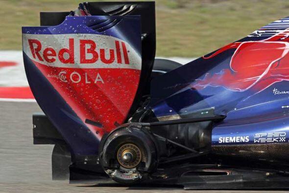 La primera baja del Gran Premio de China fue el Toro Rosso del español J...