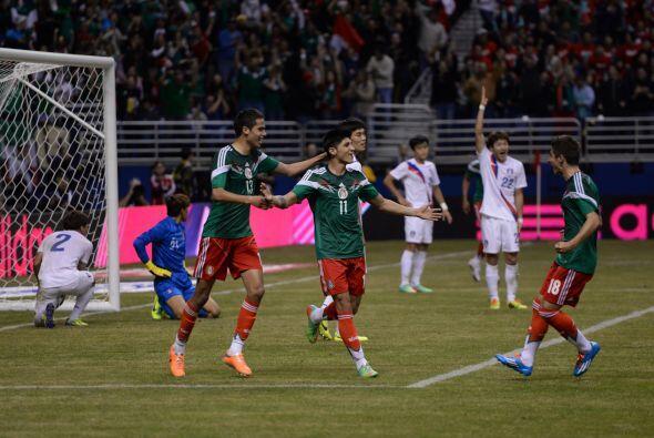 En una jugada del 'Gullit' Peña que fue a línea de fondo, México encontr...