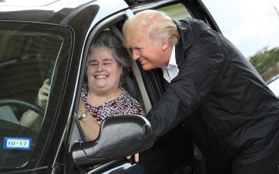 El presidente Donald Trump reparte suministros de emergencia a residente...