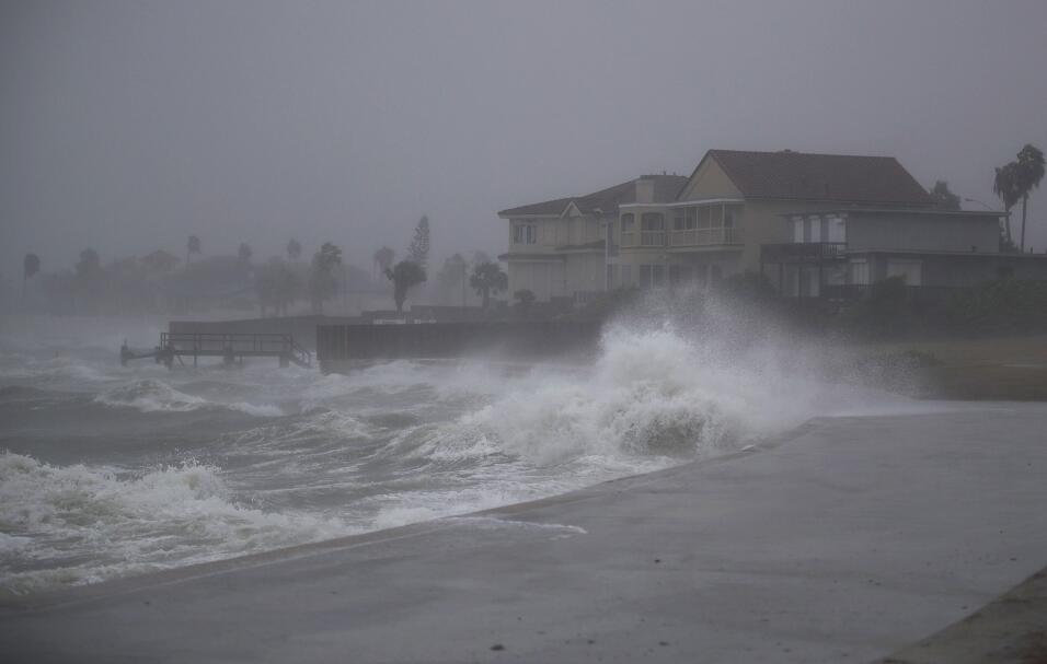 El oleaje que golpea la costa en Corpus Christi aumenta de tamaño...
