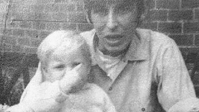 Paul Booth junto al novio de su madre, David Dearlove.
