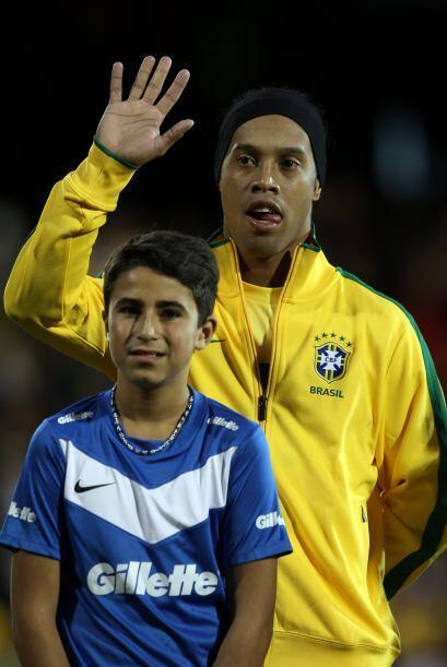 Las cámaras comenzaban estando sobre Ronaldinho, quien hacía su reaparic...