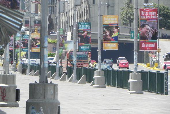Y al observar co más detalle la avenida, todos los postes de luz tenían...
