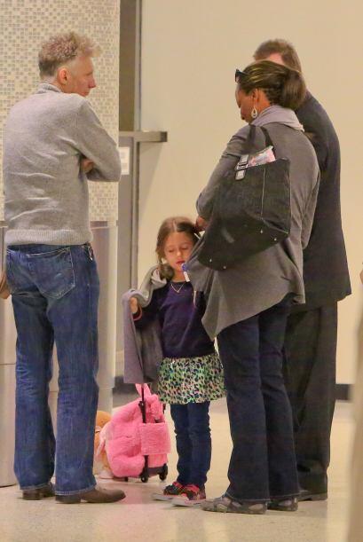La pequeña lo acompañaba en el aeropuerto.