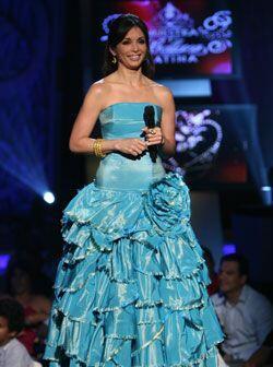 Silvia Tcherassi diseñó este vestido azul de vuelos, entallado a la cadera.