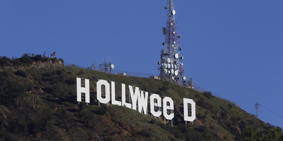 Unas lonas cubren las  letras 'O' del  letrero  de Hollywood par...