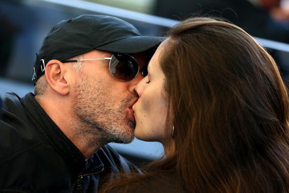 Ahora a él le dan tremendo besote. Mira aquí los videos m&...