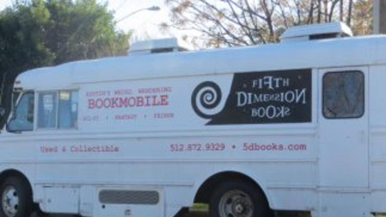 """Una pareja de Austin creo la librería móvil """"Fifth Dimension Books"""", que..."""