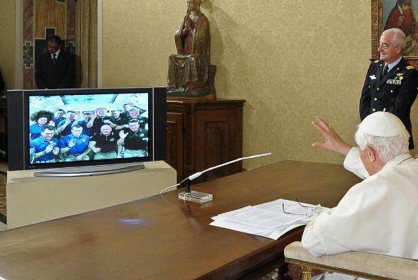 Benedicto XVI mantuvo este sábado una conversación con los tripulantes d...