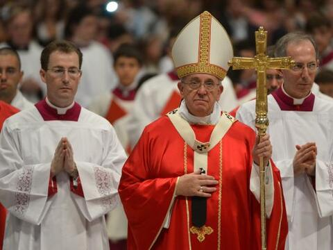 El papa Francisco casó el domingo a 20 parejas, entre ellas una n...