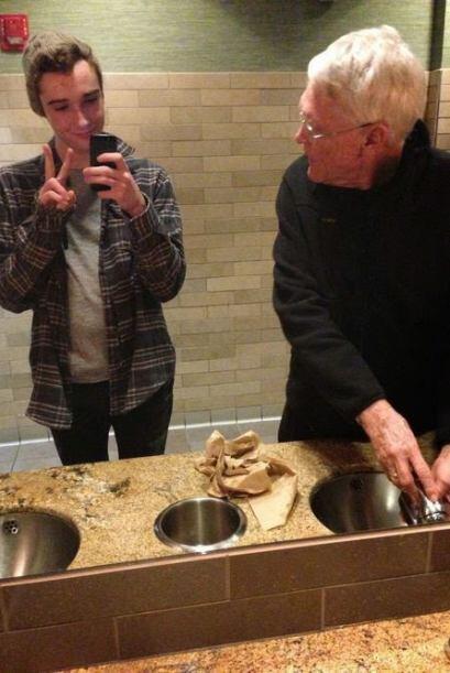 Este selfie tomado en el baño de un restaurante. Es evidente que solo es...