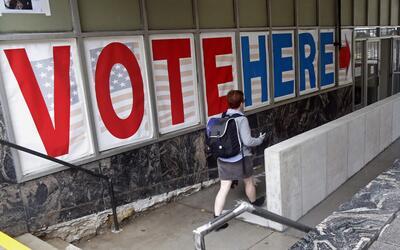 Una votante en las elecciones de 2016.