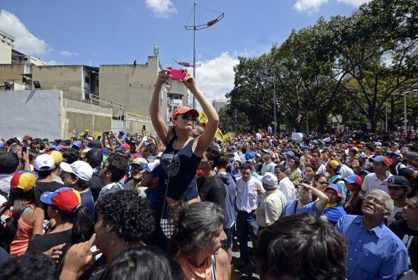 Un manifestante desarmado toma fotos de lo que está sucediendo. Los estu...