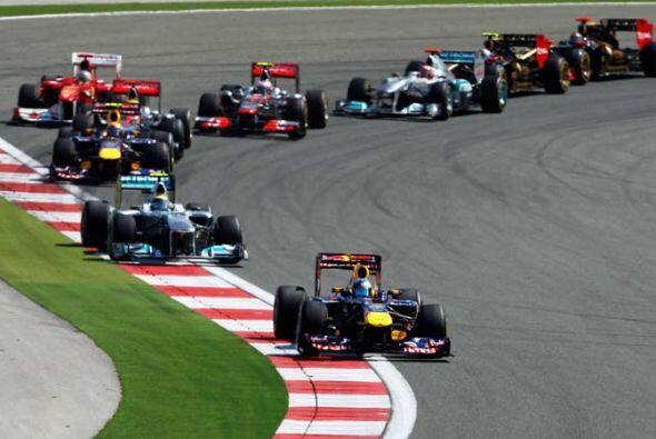 Vettel se mantuvo al frente, pero Nico Rosberg de la McLaren-Mercedes lo...