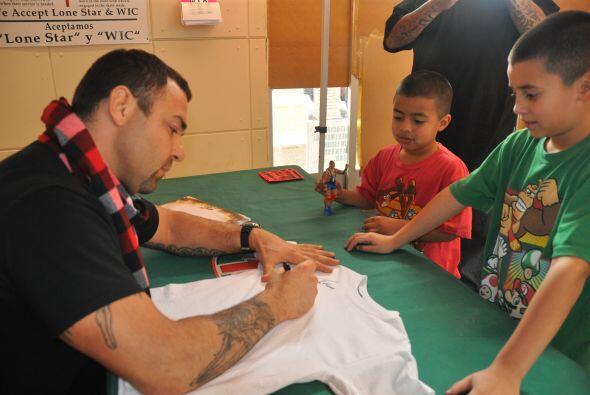 Fanáticos de la WWE RAW compartieron con el gran luchador Santino Marell...