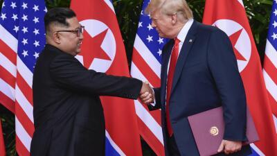"""Trump y Kim se dan las manos, se tocan el hombro y sonríen: el cara a cara de """"ciencia ficción"""""""