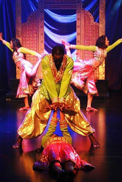 Mediante sus bailes muestran su riqueza cultural.
