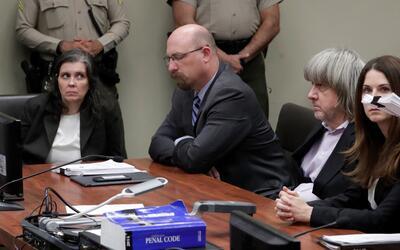 Louise Turpin (izquierda) y David Turpin (segundo a la derecha) se prese...