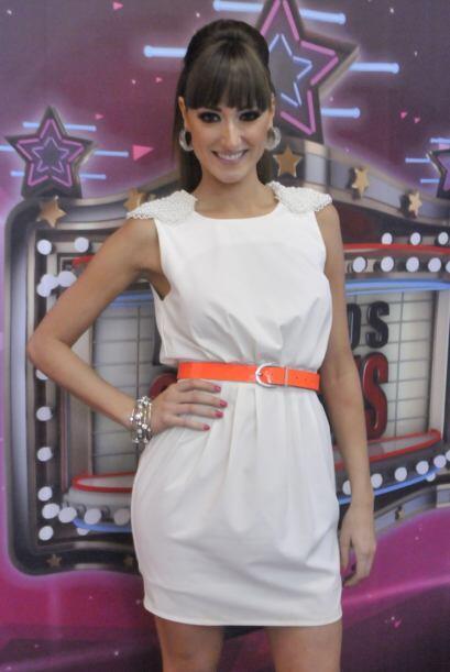 """Raquel le dio un giro divertido a este """"mini-dress"""" blanco con el cintur..."""