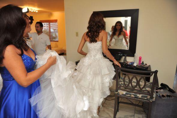 Como cualquier novia, Alejandra no perdió la oportunidad de mirar...