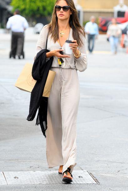 Alessandra Ambrosio lucía un jump suit de seda que acentuaba su envidiab...