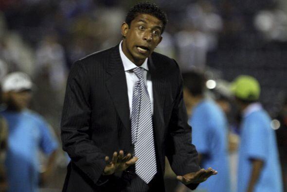 Tranquilos muchachos, parece gritar Jose Soto del Alianza Lima de Perú.